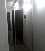 Гардеробная в прихожей с зеркальными дверьми-купе