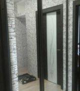 Гардеробная в прихожей с зеркальными дверьми