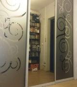 Гардеробная в прихожей с раздвижными дверьми, зеркало с пескоструйным рисунком