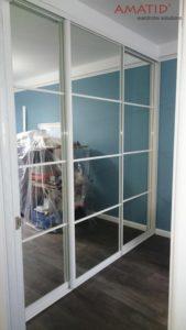 Зеркальный шкаф-купе в гостиной с белым профилем