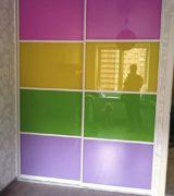 Шкаф-купе в детской с цветными дверьми