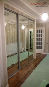 Зеркальный шкаф-купе в гостиной с лазерной гравировкой