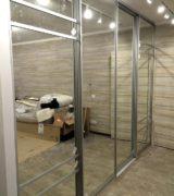 Зеркальный шкаф-купе в гостиной - фотографии