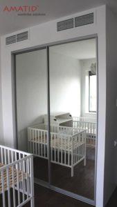 Шкаф-купе в детской с зеркальными дверьми