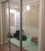 Гардеробная в прихожей с зеркальными дверьми-купе и лазерной гравировкой